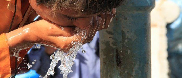 Un enfant boit de l'eau